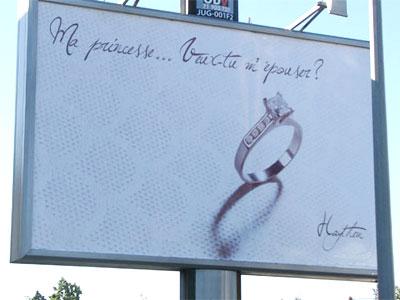 panneau publicitaire montrant une demande en mariage