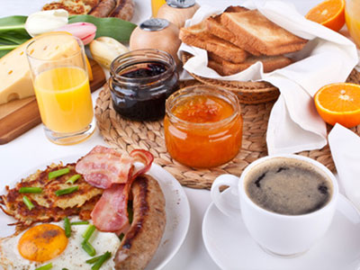brunch, café, confitures, toasts, oeufs au bacon