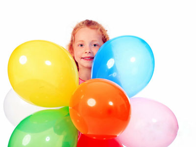 petite fille avec ballons multicolores