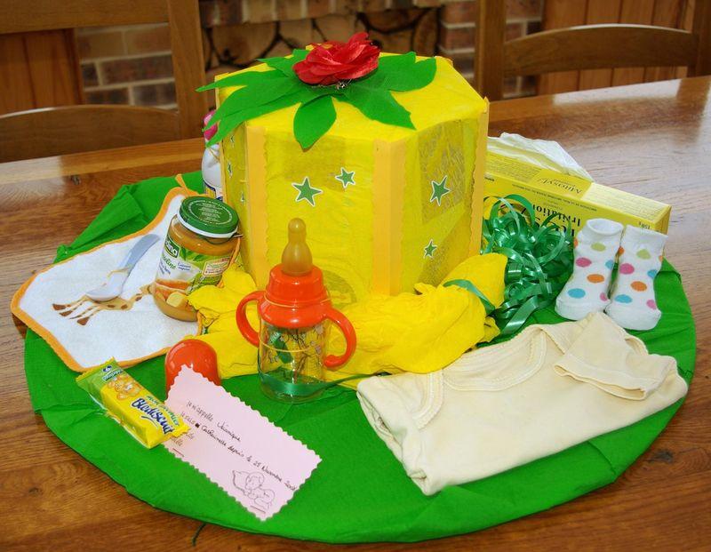 chapeau de catherinettes jaune et vert posé sur un bureau